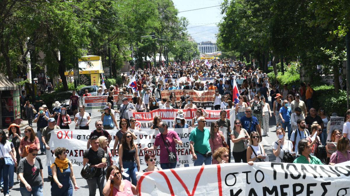 Το σύνθημα των εργαζομένων της Ελλάδας «Πληρώσαμε πολλά! Δε θα πληρώσουμε ξανά!» ανταμώνει με το σύνθημα «Δεν μπορούμε να αναπνεύσουμε!»                         Όλοι και όλες  11 Ιούνη, 7μμ στο Σύνταγμα και  στην κινητοποίηση στην Αμερικανική Πρεσβεία!