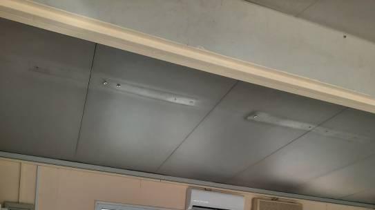 ΚΑΤΑΓΓΕΛΙΑ :  Αποκόλληση  της  ηλεκτρικής  συστοιχίας  των λαμπτήρων από την οροφή  τάξης  που στεγάζεται σε λυόμενο οικίσκο (προκάτ) σε Δημοτικό σχολείο της Λυκόβρυσης. Επιτακτική ανάγκη  κυβέρνηση  και  Δήμος να αναλάβουν την ευθύνη να λειτουργήσει επιτέλους  το 3ο  Δημοτικό  που έχει ιδρυθεί στα χαρτιά.