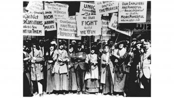 """ΤΙΜΑΜΕ ΤΗΝ 8Η ΜΑΡΤΗ, ΤΗΝ ΠΑΓΚΟΣΜΙΑ ΗΜΕΡΑ ΤΗΣ ΓΥΝΑΙΚΑΣ    –    ΔΕΥΤΕΡΑ 8 ΜΑΡΤΗ  5.30 Μ.Μ  ΣΤΑ ΠΡΟΠΥΛΑΙΑ       Τιμάμε την ιστορική επέτειο της 8ης Μάρτη, Παγκόσμιας Μέρας των Γυναικών, η οποία καθιερώθηκε πριν από 111 χρόνια από τη Διεθνή Συνδιάσκεψη σοσιαλιστριών γυναικών. Το αγωνιστικό της μήνυμα φωτίζει στις σύγχρονες συνθήκες την κοινή μας πάλη για ισότιμα δικαιώματα ανδρών και γυναικών στην εργασία, στην οικογένεια, στην κοινωνική δράση.  Χτίζουμε """"ασπίδα προστασίας"""" απέναντι στη βία κάθε μορφής σε βάρος των γυναικών μέσα από την κοινή αγωνιστική μας δράση, τη συλλογικότητα, την αλληλεγγύη!"""